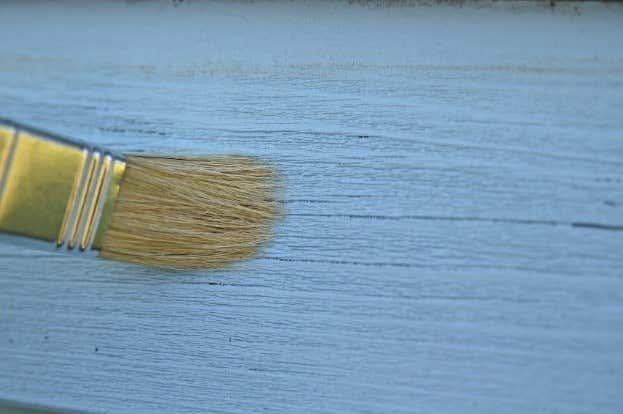 pinsel-blaue-farbe-streichen