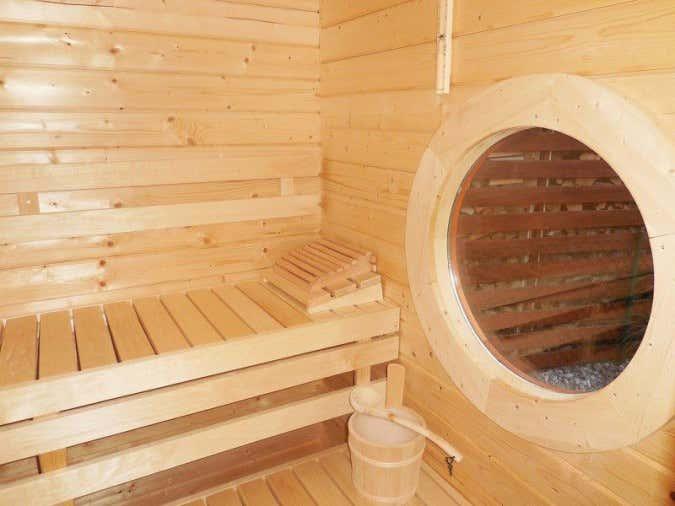 Sauna-Innenausstattung-Saunabank-Glasscheibe